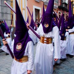 Tunica-nazarena-de-la-hermandad-La-exaltación-Sevilla-Jueves-Santo