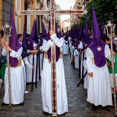 Tunica-nazarena-de-la-hermandad-Las-Aguas-de-Sevilla