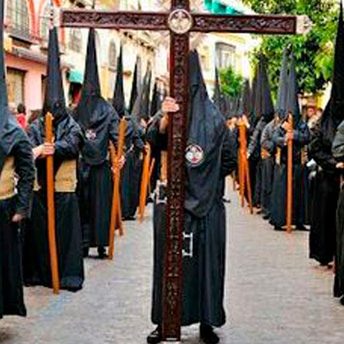 Tunica-nazarena-de-la-hermandad-Los-estudiantes-de-Sevilla
