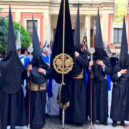 Tunica-nazarena-de-la-hermandad-Pasión-y-Muerte-de-Sevilla